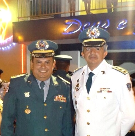 Tenente Coronel Eurico Filho ladeado do comandante geraL da PM