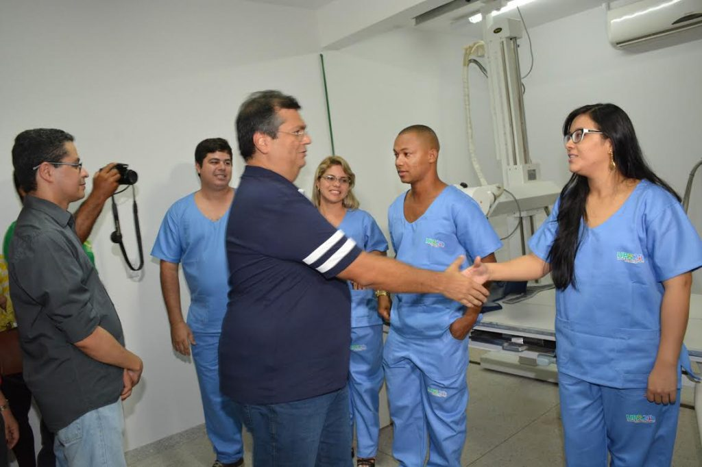 O Governador Flávio Dino cumprimeitou toda a equipe que trabalha na UPA. Foto: Francisco Campos